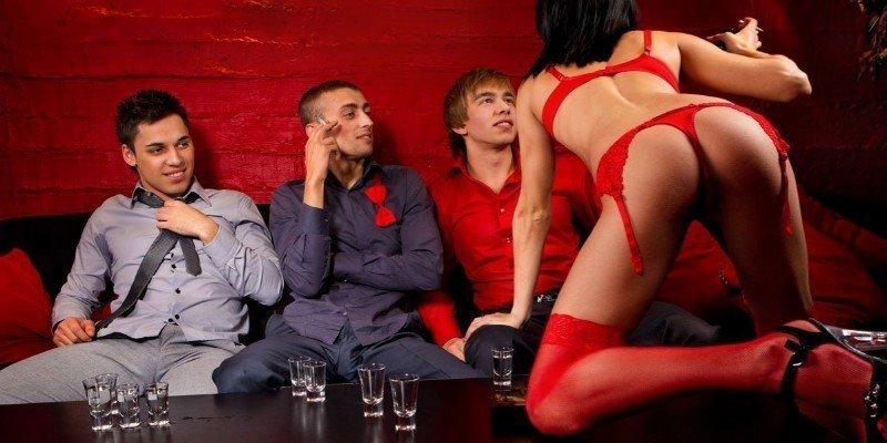 strip-addio-celibato-cameriera